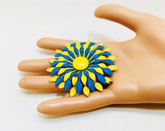 Vintage émail Fleur broche gros 3d deux tons bleu et jaune des années 1940 rétro