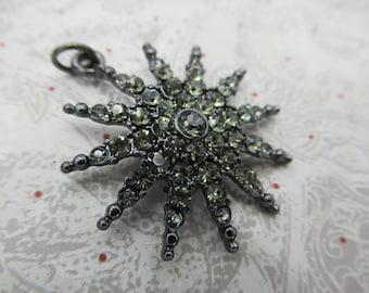 Pendentif en strass Style Vintage - Sunburst incrusté de cristaux fumées - argent Antique foncé - fournitures de bijoux rétro - Qté 1 * article neuf *