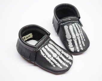 Skeleton fingers moccs, halloween moccs, baby moccs, baby moccasins, leather moccs, black moccs, skeleton, halloween shoes,