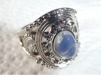 Vintage Silver metal Moonstone ring.