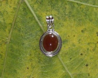Oval pendant in silver 925 and cornelian.