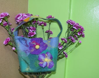 Purse for baby girl. Ffelted purse with flowers.