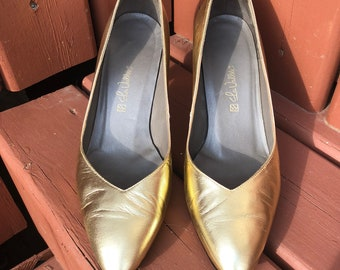 vintage gold pumps, gold high heel shoe, metallic leather, gold leather, low heel, pointed toe, shiny, metallic shoe, gold shoe  -80s