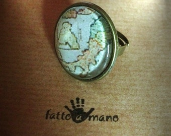 Ring the traveler with the map of Italy