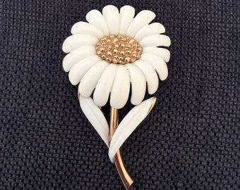 Vintage Monet Daisy Brooch, Vintage Daisy Brooch, Monet Daisy Pin, Cream and Gold Tone Daisy Brooch, Enamel Daisy Brooches, Vintage Daisies