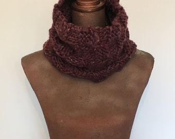 small short aubergine cowl; small chunky chequered cowl; short infinity scarf; cowl in aubergine colour; chequered cowl