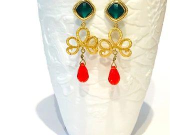 Orecchini chandelier oro, verde e rosso , lunghi orecchini pendenti placcati oro 14 kt con pietra verde e swarovski a goccia color rosso.