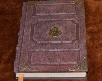 Hogwarts book of magic Griffindor Slitherin hufflepuff ravenclaw grimoire spellbook journal tome sketchbook