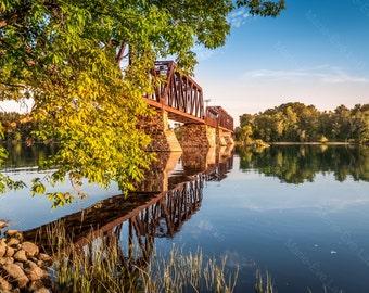 Photographie art-décoration, réflexion d'un pont-train et des arbres + fin de la journée + la rivière Batiscan : Liaison - Marie-Ève LaBadie
