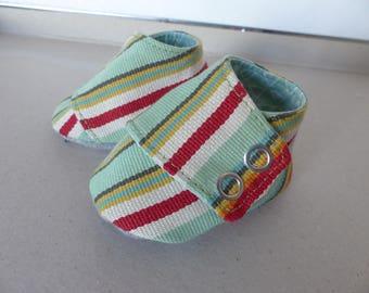 chaussons espadrille 0/3 mois coton rayé vert, blanc, rouge, gris et jaune avec une semelle en jersey gris, doublé en coton vert