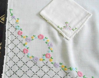 Pink & Lavender DAISY GARLAND Card Table Cloth Set LATTICE Corners Hand Embroidered Linen Tablecloth 4 Napkins, 30 x 34 Porch Bridge Pretty