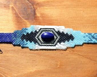 Bracelet de perles sud-ouest Design comme une OOAK facilement manchette agrémenté de Pierre de Lapis bleu, bleu et bleu plus avec une touche de perles en argent