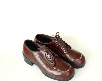 vintage boys shoes size 4.5 . womens platform oxfords size 6 or 6.5 . 1960s / 1970s brown vinyl oxford shoes with round toe
