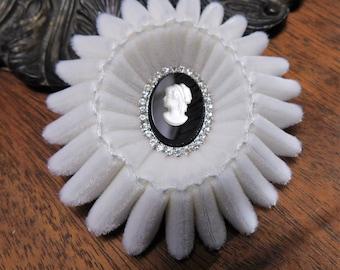 Camée de velours blanc plié broche Cocarde