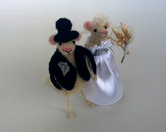 Wedding cake topper animal Bride groom mice Felt couple in love White satin dress Woolen wedding Topper mouse Romantic wedding decoration