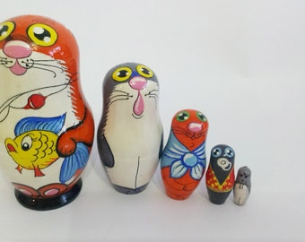 Hand-painting cat nesting dolls. Height 11 cm. nesting dolls