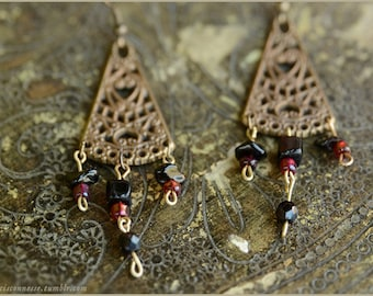 Filigree gothic triangle earrings with black onyx and red beads - Gemstone vintage jewelry