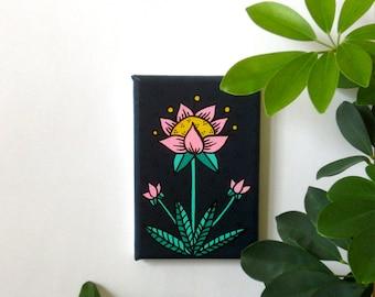 tout petit tableau - printemps - fleur rose pâle sur fond bleu nuit