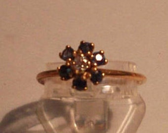 18kt yellow gold ring with sapphire rosette and central shining