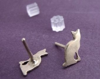 Sitting Kitty Stud Earrings in Silver