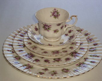 Royal Albert SWEET VIOLETS 5 Piece Place Setting