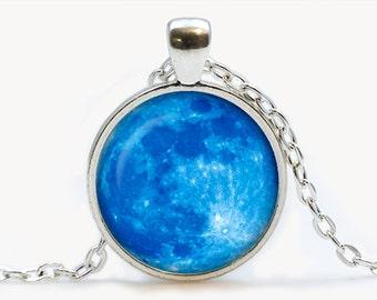 Blue Moon-Glas Anhänger. Planet-Halskette. Raum, Universum Schmuck, Geburtstagsgeschenk
