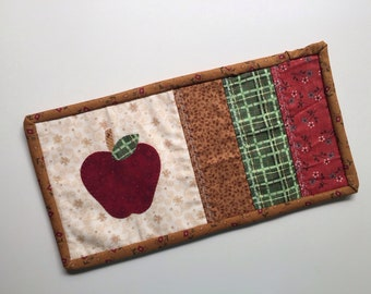 Mug rug in detail for Master's Day. One piece with Apple-shaped application.