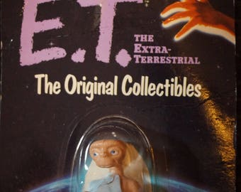 Vintage 1982 NOC E.T The Extra Terrestrial Figure  #1215 E.T Reading a Book in the Blue Blanket Collectible E.T.