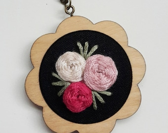 "embroidery necklace ""three roses"""