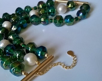 Dark green and white cuff bracelet, crafted pearls and natural pearls.