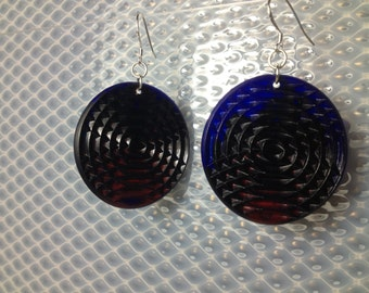 Textured minidisc earrings in opaque red and cobalt blue.