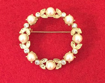 Vintage Clear Rhinestone & Faux Pearl Circle Brooch Pin in Goldtone