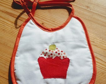 With applied cake baby bib