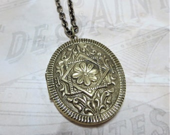 Vintage Locket Victorian Locket Oval Locket Flower Locket Photo Locket Jewelry Gift