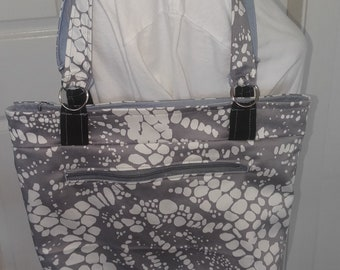 Silver/grey shoulder bag