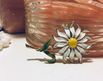 "Vtg 70s White Enamel Gold Tone Daisy Yellow Center Green Leaf 3"" Brooch Pin"