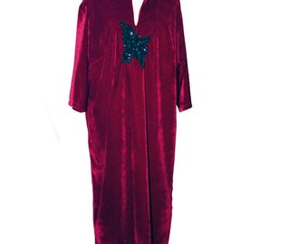 Garnet velvet caftan decorated with a black flower