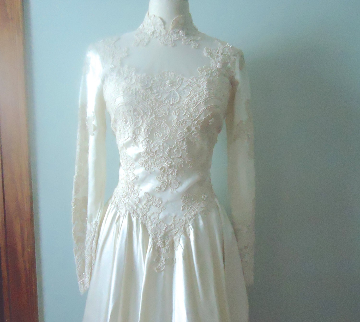 Vintage Wedding Gown Ivory Lace Bridal Gown Basque Waist
