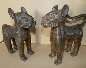 Couple of bronze, Bini Edo Nigeria Ife Royal leopard Bronze Benin, 25 x 33 x 7 cm (9.84 x 13 x 2.76 inch) / year 1960.