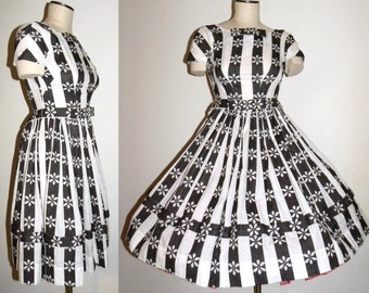 Vintage 1950s 50s Full Skirt Dress  Black White Daisy BOWS / Circle Skirt Fitted Bodice / Fits  X-Small