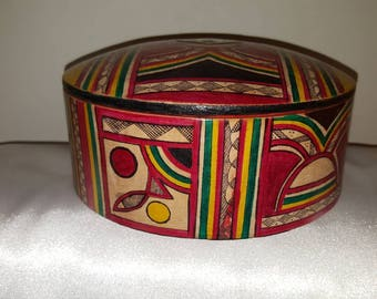 Box has jewelry multicolor leather with a Bronze jewellery in the center of the lid.