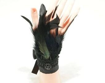 Black gothic feather cuffs / schwarz Feder Armstulpen mit Borte und Cabochon
