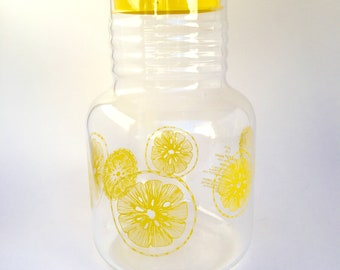 Retro 1.5 litre Pyrex juice pitcher with lemon design and yellow lid