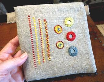 Trousse à bijoux en lin brodée main à rabat