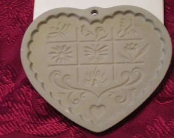 """1996 Pampered Chef """"Garden of the Heart """" Large Clay Cookie Mold"""