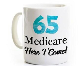 Drôle 65e anniversaire cadeau - 65 ans une tasse de café vieux - assurance-maladie me voilà - cadeau Gag - personnalisé personnalisé