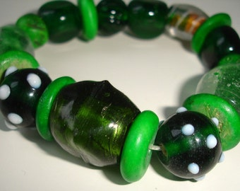 Green lampwork glass bead chunky bracelet - elastic