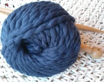 Kit 1 large ball of Navy Blue xxl Merino Wool and 15 mm knitting needles.