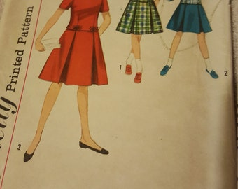 Simplicity 4570 Girls Two Piece with detachable Collar and Cuffs Size 14yrs