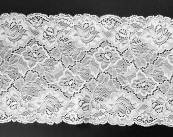 9 D - Wide lace white, a little shine, 16 cm.